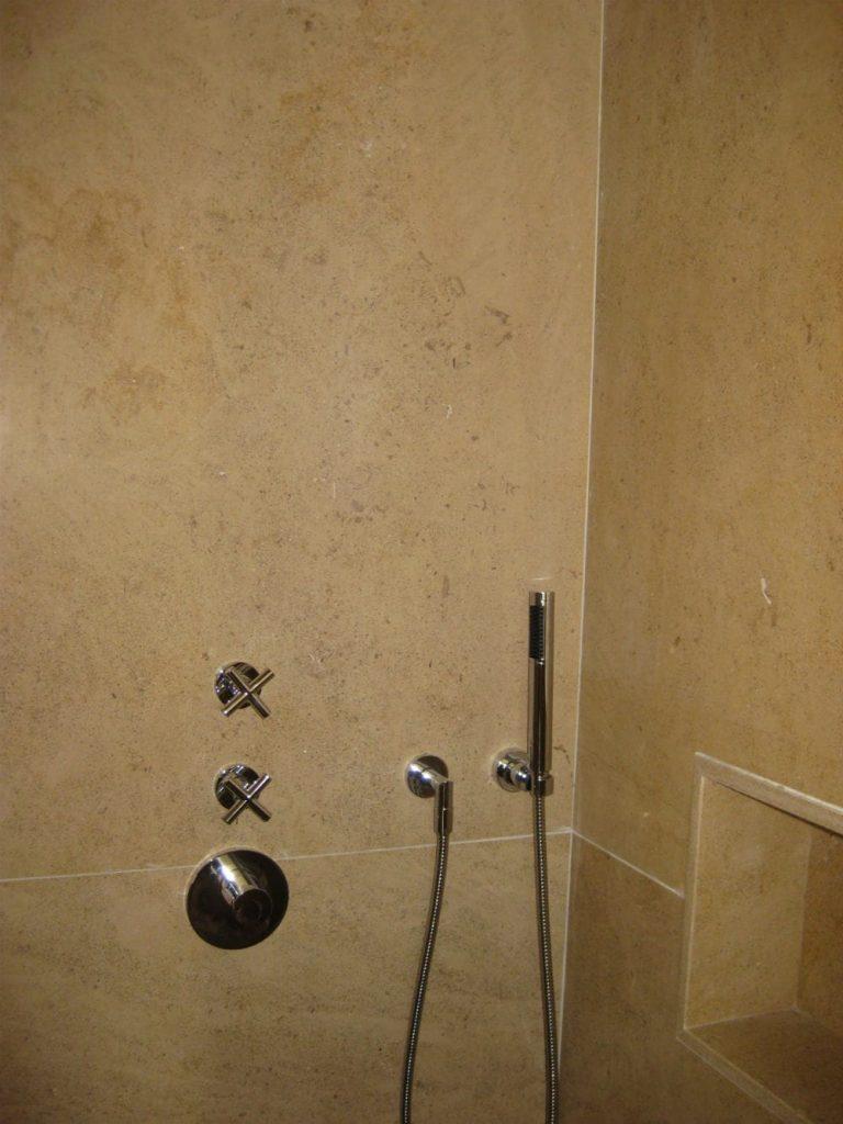 Unique : douche en pierre beige Créma Nova