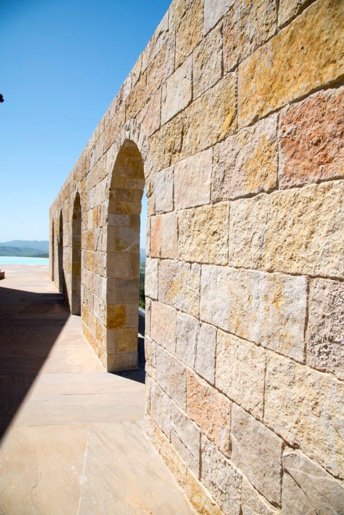 Mur d'enceinte en pierre naturelle de Saint Laurent