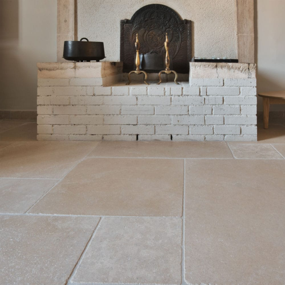 Carrelage naturel en pierre beige Cèdre Gray - Finition vieillie (tambourinée) et module 4 formats
