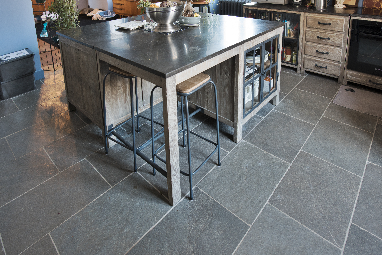 Sol de cuisine en pierre grise Forest Grey - Carrelage en pierre sur mesure