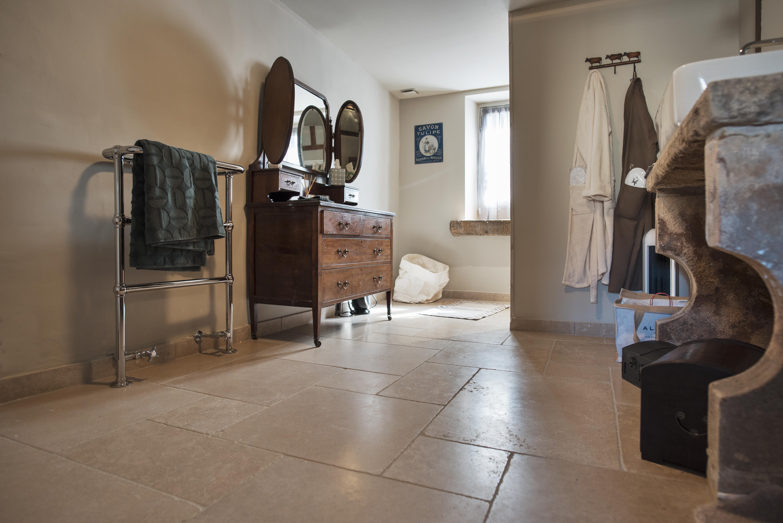 Sol de salle de bain en pierre naturelle beige Cèdre Gray - Finition vieillie (tambourinée) opus 4 formats