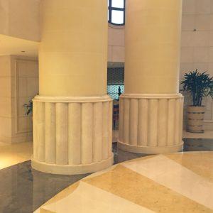 Dallage et colonnes en marbre beige Créma Marfil