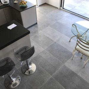 Modern spirit for this natural stone floor in Cèdre Gray