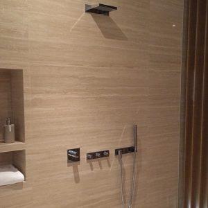 Salle de bain, mur naturel en Travertin Classico beige
